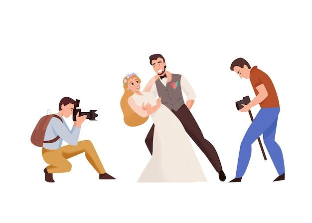 Huwelijksceremonie trouwdag compositie met een paar fotografen die een pasgetrouwde paarillustratie fotograferen