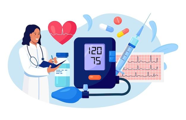 Hypertensie, hypotensie ziekte. dokter schrijft resultaten van cardiologiecontrole. grote bloeddrukmeter met cardiogram, medicijnen, spuit, hart. cardioloog die patiënten hoge bloeddruk meet