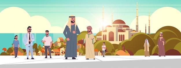 Ic mensen lopen buiten arabische mannen dragen traditionele kleding arabische stripfiguren over nabawi moskee bouwen moslim stadsgezicht mooie kust achtergrond horizontaal