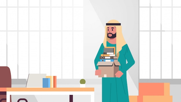 Ic zakenman kantoormedewerker met doos met spullen dingen nieuwe baan bedrijfsconcept creatieve werkplek modern kantoor interieur plat portret horizontaal