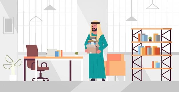 Ic zakenman kantoormedewerker met doos met spullen dingen nieuwe baan bedrijfsconcept creatieve werkplek modern kantoor interieur plat volledige lengte horizontaal