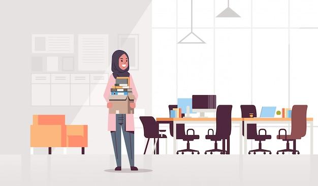Ic zakenvrouw kantoormedewerker met doos met spullen dingen nieuwe baan bedrijfsconcept creatieve werkplek modern kantoor interieur plat volledige lengte horizontaal