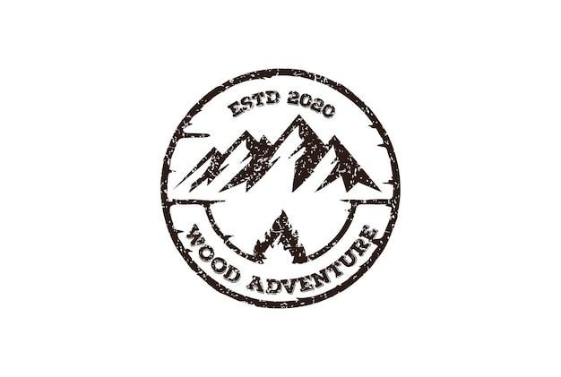 Ice snow mountain badge embleem label voor outdoor wilderness adventure logo design vector
