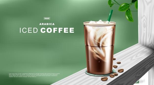 Ijskoffie latte in plastic beker op natuurlijke groene kleur achtergrond