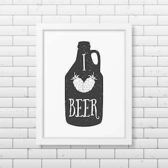 Ik hou van bier - citeer typografische achtergrond in realistisch vierkant wit frame op de bakstenen muurachtergrond.