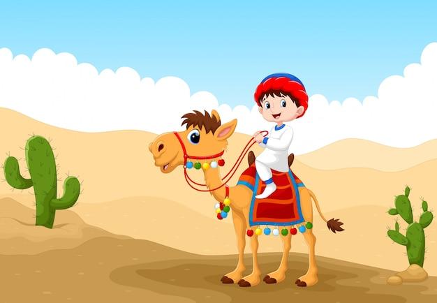 Illustratie van arabische jongen die een kameel in de woestijn berijdt
