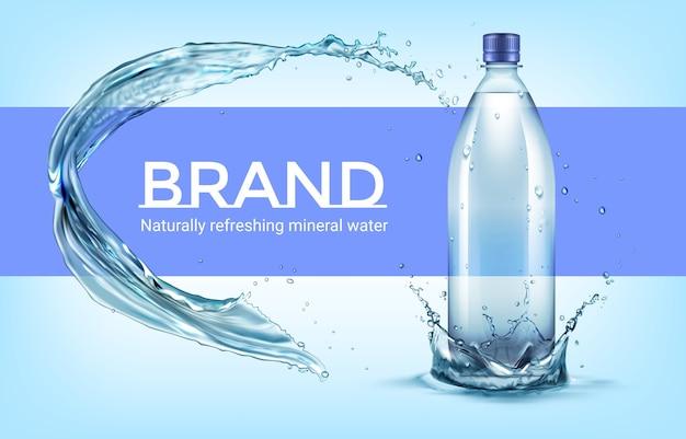 Illustratie van plastic fles staande in waterkroon met splash
