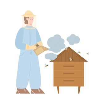 Imker bij bijenstal met roker bestuift bijen en bijenkorf door rook om honing te nemen