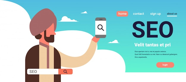 Indiase man met behulp van smartphone seo zoekmachine optimalisatie internet zoeken concept