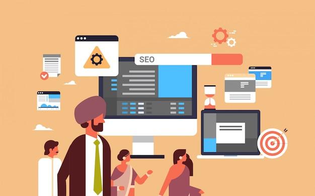 Indiase paar man vrouw monitoring seo zoekmachine optimalisatie banner