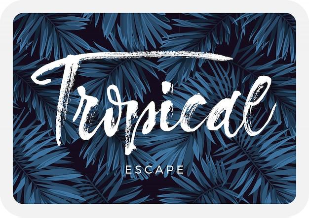 Indigo blauwe ansichtkaart met monstera palmbladeren op donkere achtergrond. zomer tropisch ontwerp.