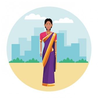 Indische vrouw die traditionele hindoese kleren draagt