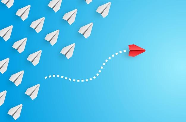 Individualiteit concept. individueel en uniek leider rood papieren vliegtuig vliegt naar de zijkant.