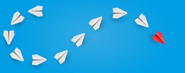 Individuele rode leider papieren vliegtuig leidt ander bedrijfs- en leiderschapsconcept