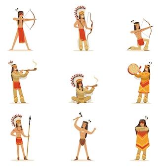 Inheemse amerikaanse stamleden in traditionele indiase kleding met wapens en andere culturele objecten set stripfiguren