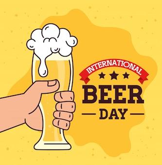 Internationale bierdag, augustus, hand met een glas bier