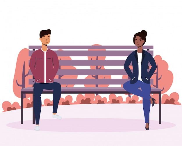 Interracial jonge paar liefhebbers in de stoel van het park