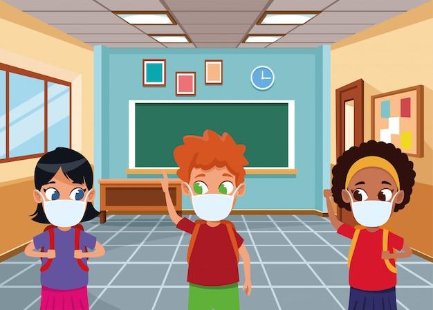 Interraciale kinderen gebruiken gezichtsmaskers voor covid19 in de klas