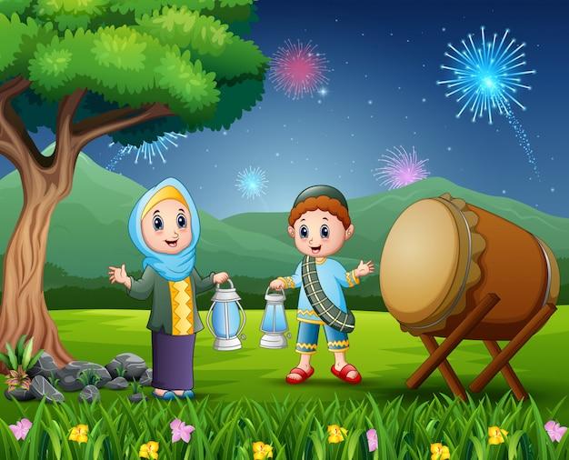 Islamitische paar bedrijf lantaarn voor eid mubarak viering