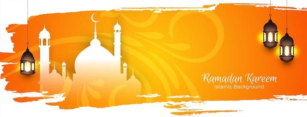 Islamitische ramadan kareem-festivalbanner op gele penseelstreek met moskee en lampen
