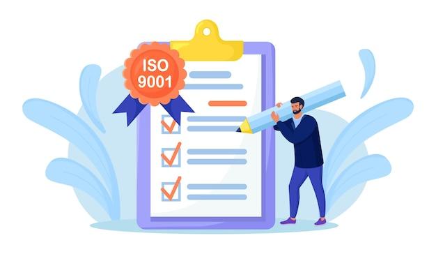 Iso 9001 kwaliteitsmanagementsysteem, internationale certificering. zakenman bevestigt, certificeert kwaliteitsproduct in overeenstemming met iso 9001, standaard kwaliteitscontrole. documentstandaardisatie-industrie