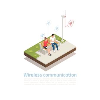 Isometrische poster voor draadloze communicatie met mannelijke en vrouwelijke karakters die in de mobiele antenne van het stadspark zitten en wifi-signaal gebruiken