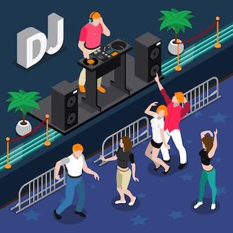 Isometrische samenstelling met mensen die bij partij aan muziek van de musicus 3d vectorillustratie van dj dansen