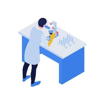 Isometrische vaccinatiesamenstelling met wetenschapper die in de microscoop kijkt met reageerbuizenillustratie