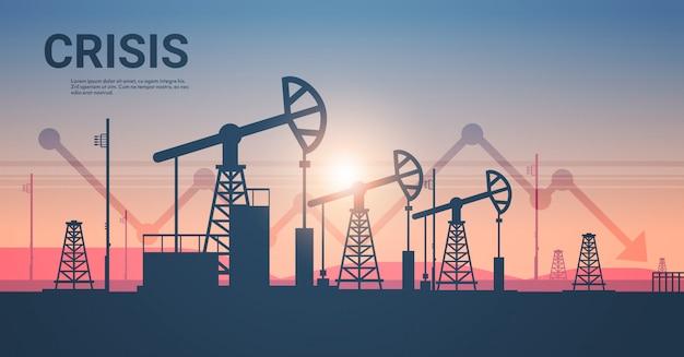 Jaknikker silhouet aardolieproductie en handel olie-industrie neerwaartse grafiek pijl dalende prijs crisis concept oliepompen booreiland zonsondergang achtergrond horizontale kopie ruimte