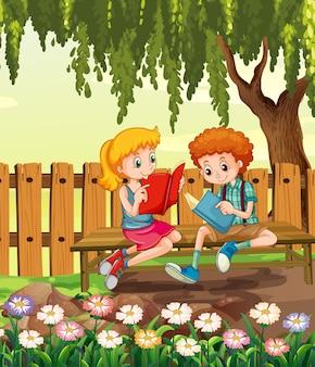 Jong jongen en meisjeslezingsboek in de tuinscène