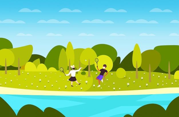 Jong koppel spelen badminton kerel meisje draagt medische maskers om pandemie van het coronavirus te voorkomen