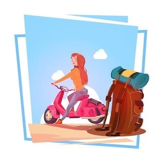 Jong meisje met rugzakreis op de elektrische toerist die van de autopedvrouw uitstekende motorfiets over blu berijden