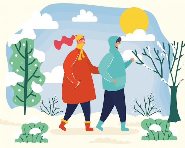 Jong paar dat medische maskers in de winterseizoenscène draagt