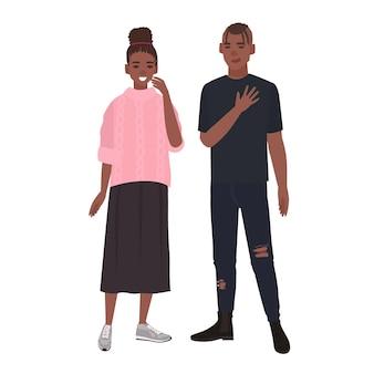 Jong romantisch afrikaans amerikaans paar. glimlachende vriend en vriendin die samen staan. man en vrouw verliefd geïsoleerd op een witte achtergrond. kleurrijke vectorillustratie in platte cartoon stijl.