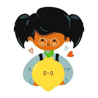 Jong schattig grappig klein meisje houdt citroen in de hand