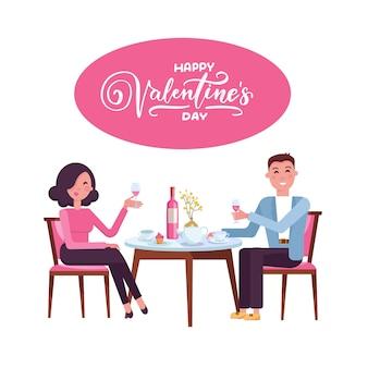 Jong volwassen paar dat rode wijn na romantisch diner samen in elegant restaurant drinkt.