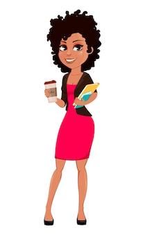 Jonge afrikaanse amerikaanse bedrijfsvrouw in vrijetijdskleding