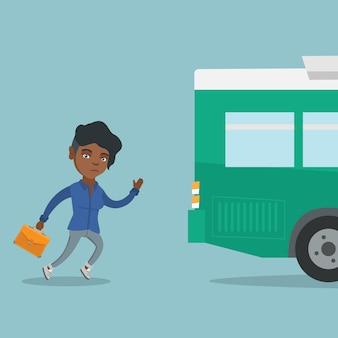 Jonge afrikaanse laatkomervrouw die voor de bus loopt.