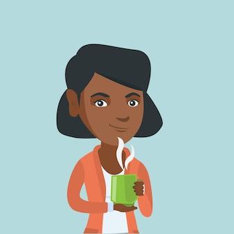 Jonge afrikaanse vrouw die van een kop van koffie geniet.