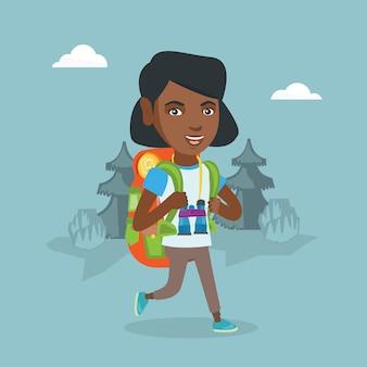 Jonge afro-amerikaanse vrouw met rugzak wandelen.