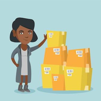 Jonge bedrijfsvrouw die dozen in pakhuis controleert.
