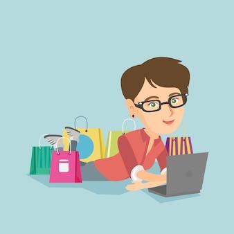 Jonge blanke vrouw doet online winkelen.