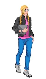 Jonge blonde vrouw die roze blouse, zwarte jas, zonnebril, horloge, blauwe spijkerbroek, grijze sneakers draagt en een laptop vasthoudt