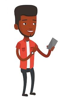 Jonge glimlachende mens die mobiele telefoon houdt.