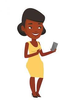 Jonge glimlachende vrouw die mobiele telefoon houdt.
