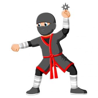 Jonge jongen die een kostuum van ninja draagt