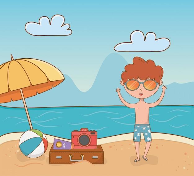 Jonge jongen op de strandscène