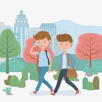 Jonge jongens die gebruikend smartphones in het park lopen