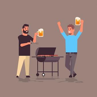 Jonge jongens paar voorbereiding van vlees op de grill mannen drinken bier vrienden plezier picknick barbecue partij concept plat volledige lengte