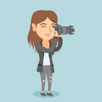 Jonge kaukasische fotograaf die een foto neemt.